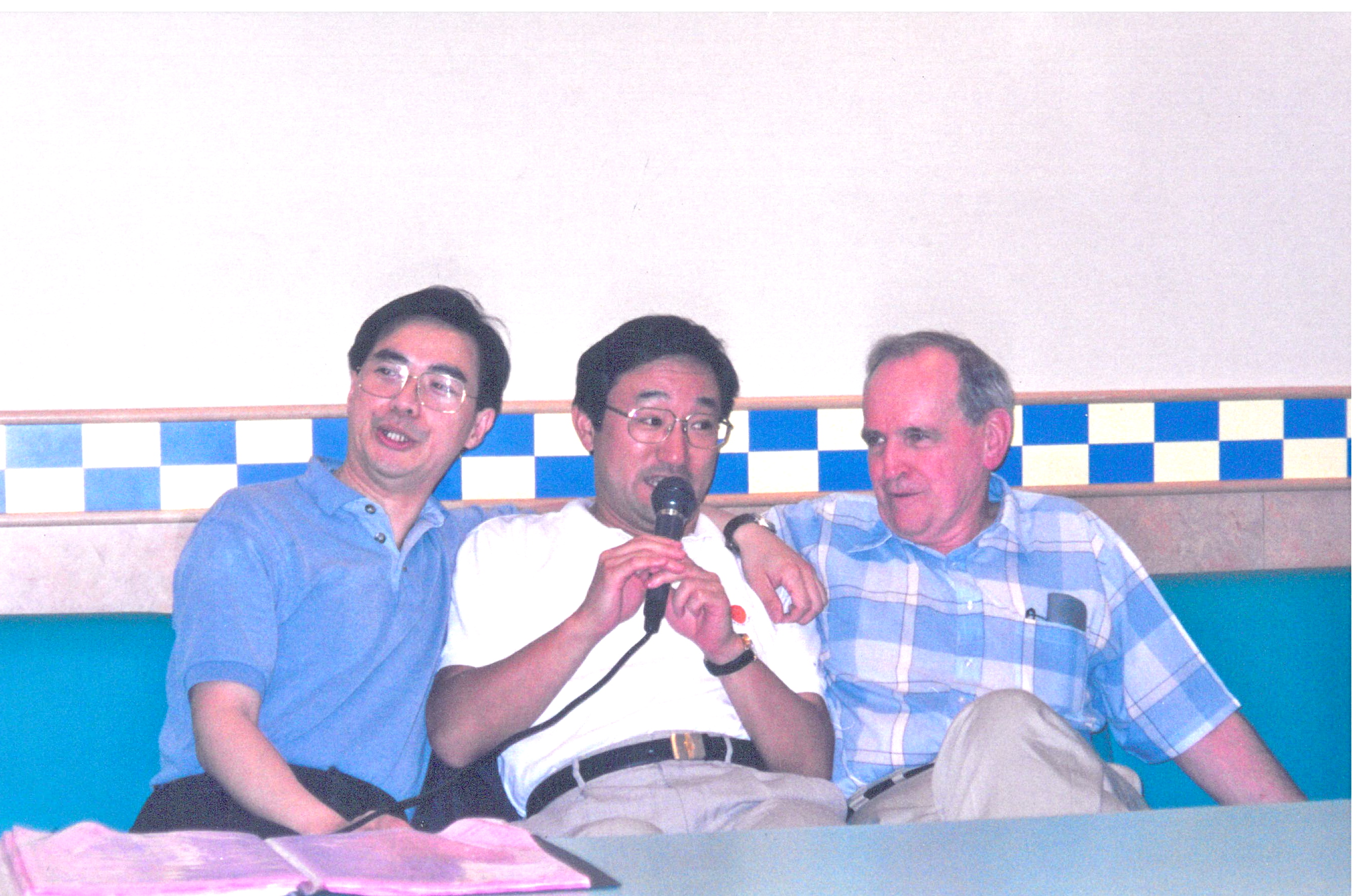 Pat Hanan singing karaoke with Chen Guoqiu and Oki Yasushi